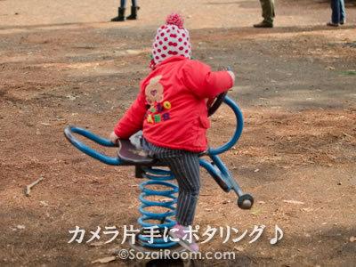 スプリング遊具に乗る子供