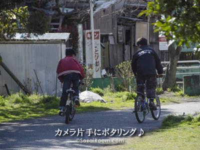 水道道で自転車に乗る子ども達